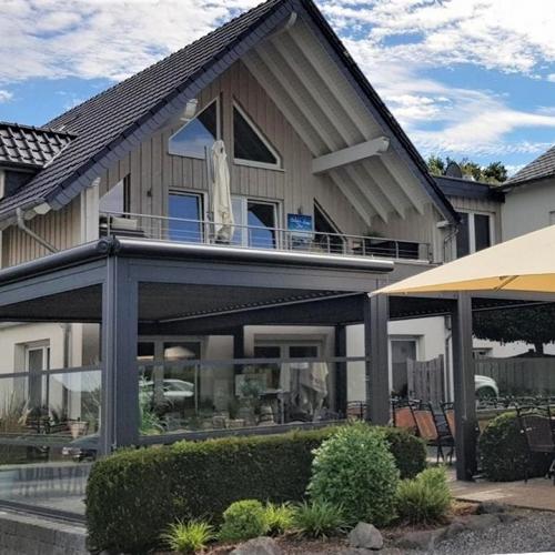 lamellendach skyroof palmiye terrassenueberdachung gastronomie wettstein 15 500x500 - Terrassenüberdachung Gastronomie - Referenz Projekt - in Kellenhusen