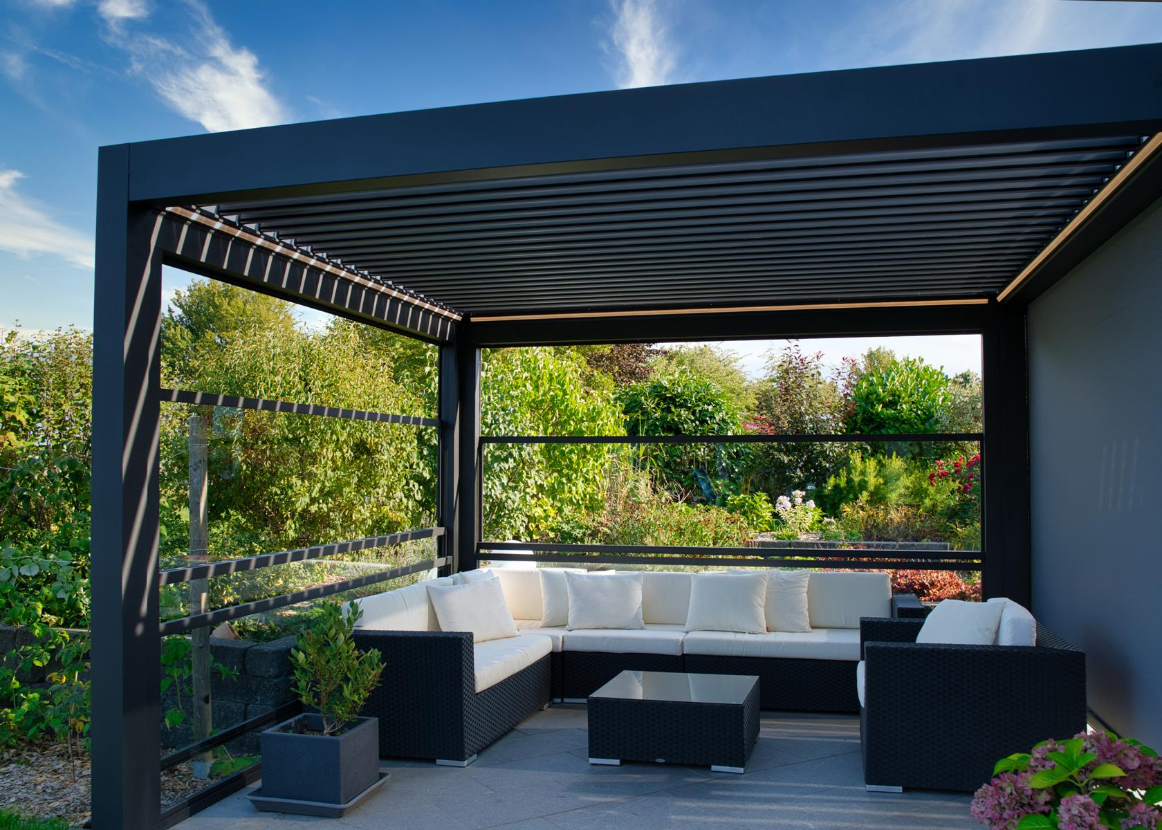 lamellendach skyroof palmiye terrassenueberdachung privat 82springe .JPG - Lamellendach bietet geschützten Terrassenplatz - Referenz-Projekt