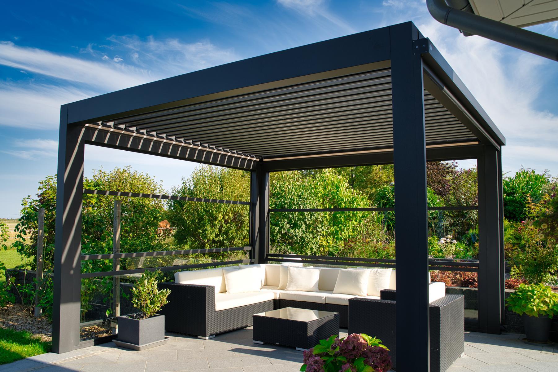 lamellendach skyroof palmiye terrassenueberdachung privat 85springe .JPG - Referenz Projekt - Geschützter Terrassenplatz für schöne Stunden