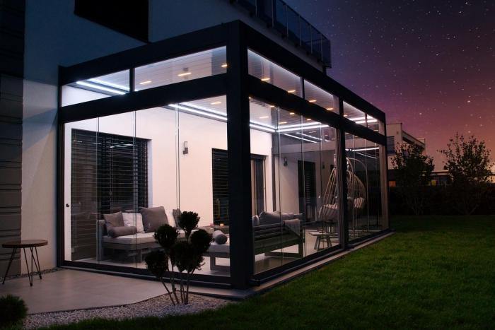 lamellendach skyroof palmiye terrassenueberdachung privat springe 17 2 700x467 - Stimmungsvolle LED-Beleuchtung für Terrassendach und Kaltwintergarten