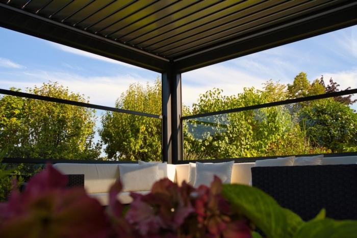 lamellendach skyroof palmiye terrassenueberdachung privat springe 23 700x467 - Referenz Projekt - Geschützter Terrassenplatz für schöne Stunden