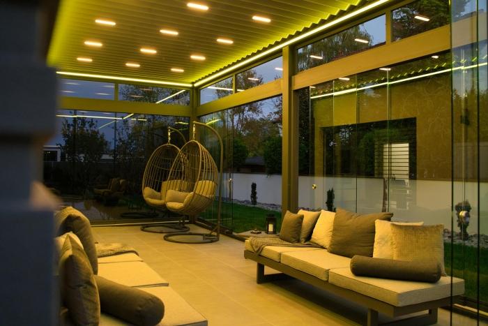lamellendach skyroof palmiye terrassenueberdachung privat springe 33.1 700x467 - Stimmungsvolle LED-Beleuchtung für Terrassendach und Kaltwintergarten