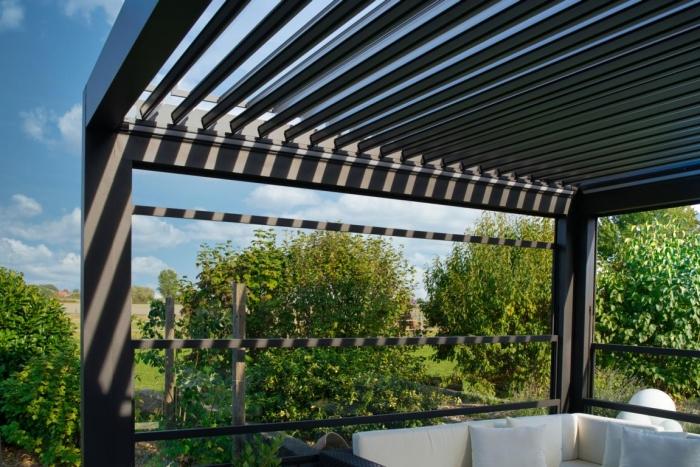 lamellendach skyroof palmiye terrassenueberdachung privat springe 48 700x467 - Lamellendach bietet geschützten Terrassenplatz - Referenz-Projekt