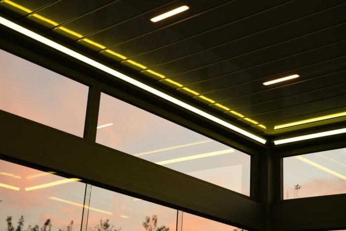 lamellendach skyroof palmiye terrassenueberdachung privat springe 49 700x467 - Stimmungsvolle LED-Beleuchtung für Terrassendach und Kaltwintergarten