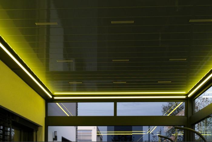 lamellendach skyroof palmiye terrassenueberdachung privat springe 50 2 700x467 - Stimmungsvolle LED-Beleuchtung für Terrassendach und Kaltwintergarten