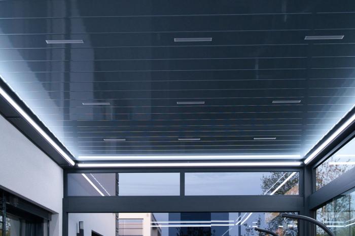 lamellendach skyroof palmiye terrassenueberdachung privat springe 50 4 700x467 - Stimmungsvolle LED-Beleuchtung für Terrassendach und Kaltwintergarten