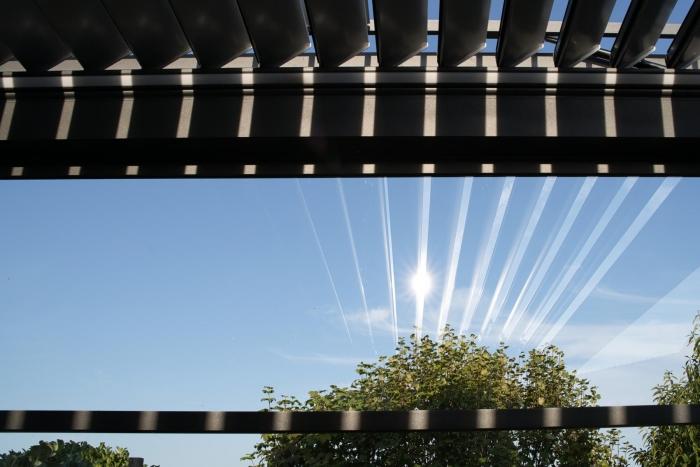 lamellendach skyroof palmiye terrassenueberdachung privat springe 66 700x467 - Referenz Projekt - Geschützter Terrassenplatz für schöne Stunden