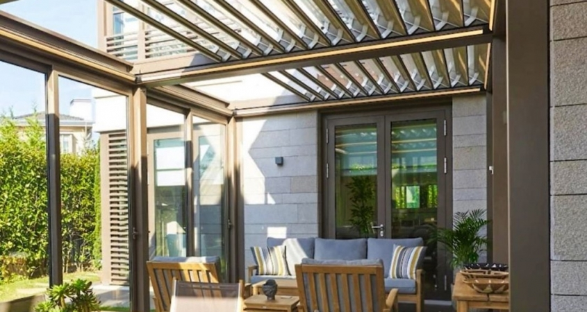 lamellendach skyroofprestige palmiye terrassenueberdachung privat GB 1 845x450 - Multifunktionales Lamellendach mit Cabriofeeling