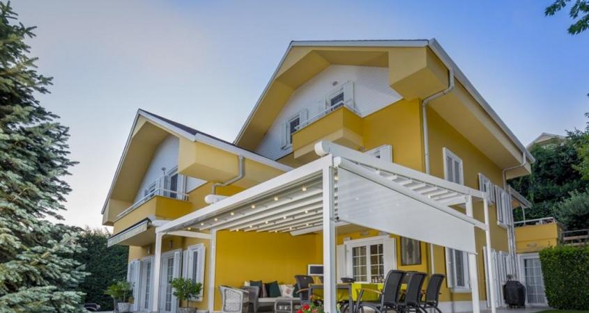 pergola silver palmiye terrassenueberdachung gelbes Haus B 845x450 - Terrassenüberdachung Pergola nach Maß - Referenz-Projekt von Palmiye