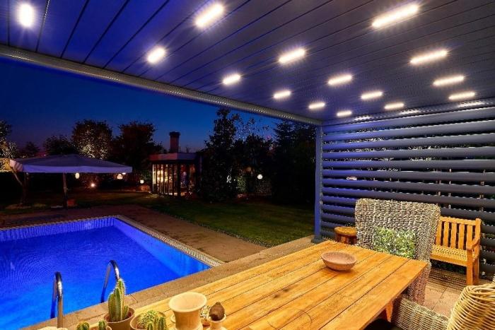 lamellendach skyroof palmiye terrassenueberdachung lamellenseitenschliessung 10.1 700x467 - Update für das Terrassendach - Referenz-Projekt