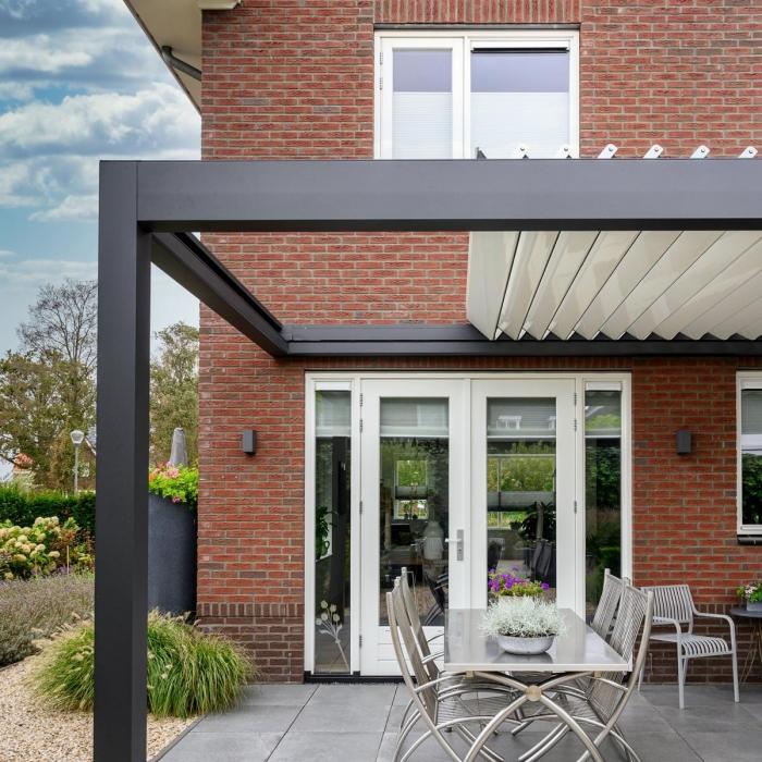 lamellendach skyroofprestige terrassenueberdachung holland privat 2.1 700x700 - Terrassenüberdachung - Schutz und doch flexibel - Referenz-Projekt