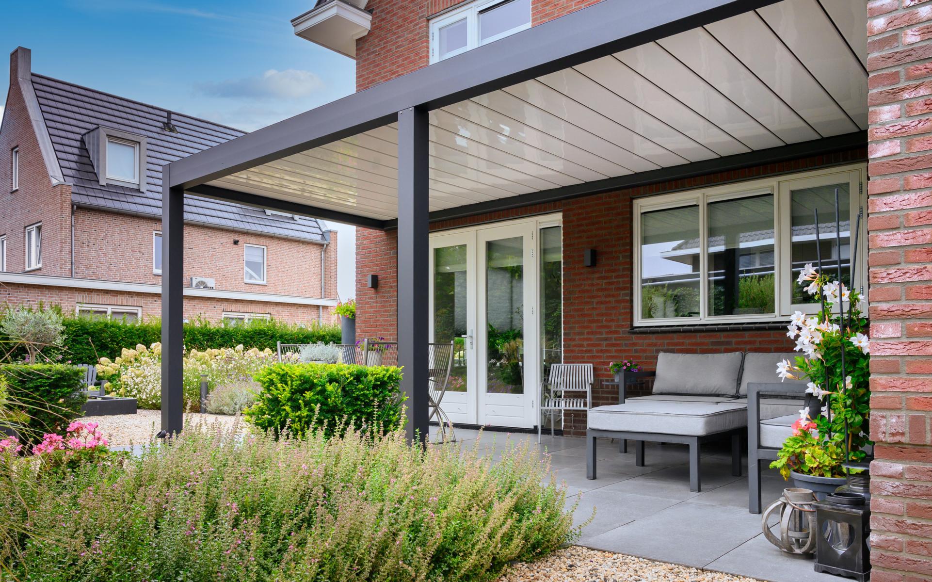 lamellendach skyroofprestige terrassenueberdachung holland privat 4 - Terrassenüberdachung - Schutz und doch flexibel - Referenz-Projekt
