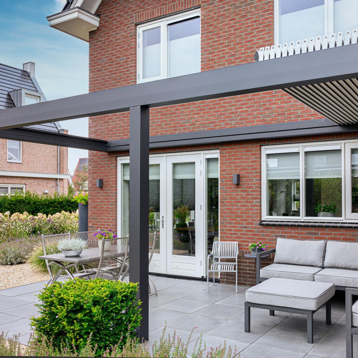 lamellendach skyroofprestige terrassenueberdachung holland privat 6.1 - Terrassenüberdachung - Schutz und doch flexibel - Referenz-Projekt
