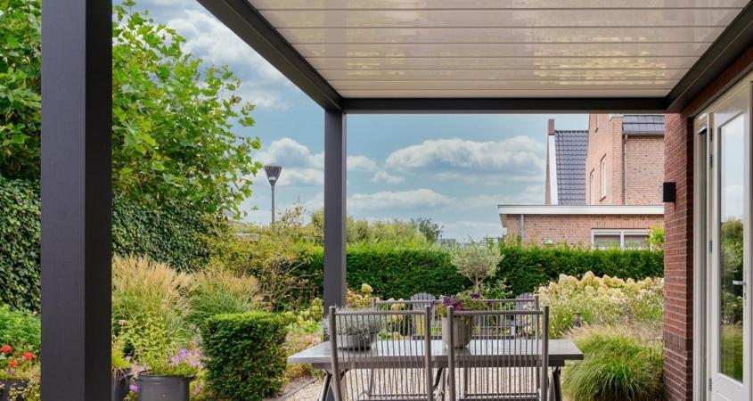 lamellendach skyroofprestige terrassenueberdachung holland privat B 845x450 - Terrassenüberdachung - Schutz und doch flexibel - Referenz-Projekt
