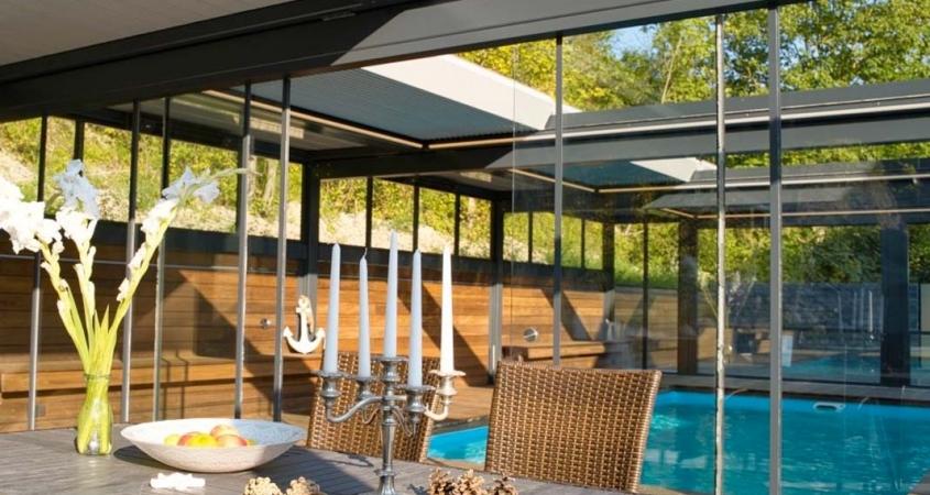 lamellendach skyroof palmiye terrassenueberdachung paeu 10 1 845x450 - Terrassenüberdachung wird zum Poolhaus dank Sonderanfertigungen